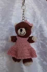 Gehäkelter Bär mit Kleid als Schlüsselanhänger oder Taschenbaumler  - Handarbeit kaufen