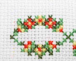 Habe ein Gästetuch mit Ornamenten bestickt. Band, Gästetuch und Stickgarn bestehen aus Baumwolle