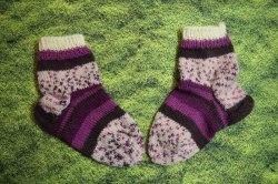 handgestrickte Kinderstrümpfe für warme Füße. Von Hand mit Nadelspiel gestrickt