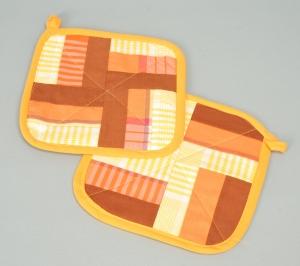 Topflappen-Paar selbstgenäht Baumwolle gelb orange braun Patchwork aus Stoffresten