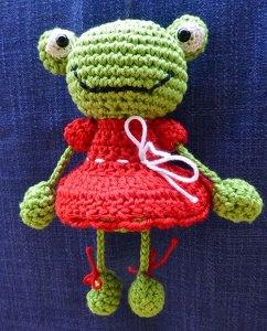 Amigurumi - Gehäkelter Frosch mit rotem Kleid als Taschenbaumler