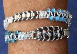Wickelarmband in blau-silber-schwarz - Materialmix aus Perlen, Lederschnüren und Stickgarn