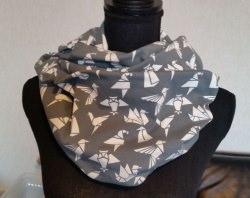 Schlauch-Schal - Motiv: weiße Origami-Vögel auf grauem Untergrund