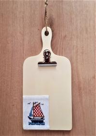 Klemmbrett aus Holz mit handgesticktem Motiv