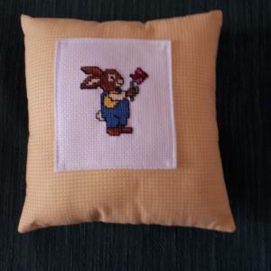 Deko - Kissen mit handgesticktem Ostermotiv - Handarbeit kaufen