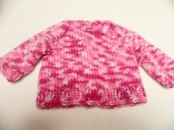 Puppenjacke Größe 50 Hier kannst du eine liebevoll gestrickte Puppenjacke erwerben. Die Wolle ist im Farbverlauf in weiß, rosa und pink eingefärbt.