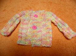 Eine kleine Jacke für Puppengröße 35 bis 40. Durch pastellige Babyfarben eingefärbte Wolle entstand diese zartbunte Jacke