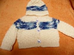 Strickset 3 Teile. Jacke, Mütze und Socken für Puppengröße 35 bis 45. Die Jacke und die Mütze sind crem farbig. Eine blaue Verlaufswolle in einen dickeren Streifen habe ich in Ober