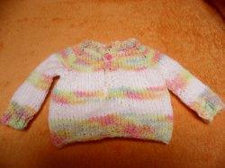 Pullover für Puppen 35 - 45 cm Hier biete ich einen liebevoll gestrickten Puppenpullover an. Die Wolle ist weiß mit Streifen in zarten Verlaufsfarben Die pastelligen Farben sind ge