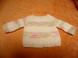 Pullover für Puppen 30 - 40 cm. Hier biete ich einen liebevoll gestrickten Puppenpullover an. Die Wolle ist crem mit Streifen in zarten Verlaufsfarben.