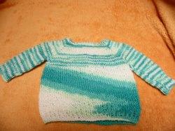 Pullover für Puppen 40 - 50 cm Hier biete ich einen liebevoll gestrickten Puppenpullover an. Die Wolle ist weiß mit zarten Verlaufsfarben in blau Tönen. Zum besseren An- und Auszie