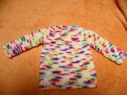 Pullover für Puppen 30 - 40 cm. Hier biete ich einen liebevoll gestrickten Puppenpullover an. Die Wolle ist weiß mit kurzen Streifen in kräftigen Verlaufsfarben.