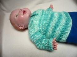 Pullover für Puppen 40 - 50 cm Hier biete ich einen liebevoll gestrickten Puppenpullover an. Die Wolle ist weiß mit zarten Verlaufsfarben in blau Tönen.
