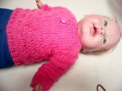 Pullover für Puppen 35 - 45 cm. Hier biete ich einen liebevoll gestrickten Puppenpullover an. Die Wolle ist in einem kräftigen rosa.