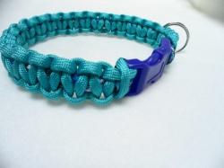 Handgeflochtenes Hundehalsband mit Cobra-Knoten 32 cm lang und 2 cm breit aus Paracord Seilen türkis, blau