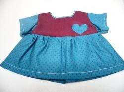 Puppenkleid für Puppengröße 40 – 45 cm. Die Ärmel und das Röckchen sind aus 100% Baumwollstoff blau mit Herz
