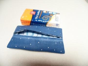Blaue Tatüta. So schön verpackt kann man die Taschentücher auch auf dem Arbeitsplatz liegen lassen.