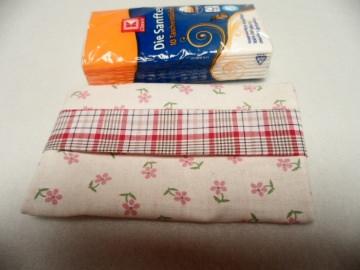 Tatüta beige, rosa, rot, so schön verpackt kann man die Taschentücher auch auf dem Arbeitsplatz liegen lassen.