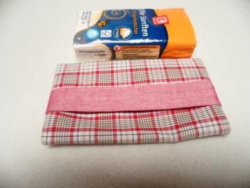 Tatüta rot weiß, so schön verpackt kann man die Taschentücher auch auf dem Arbeitsplatz liegen lassen.