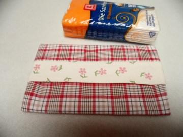 Tatüta rot, beige, rosa. So schön verpackt kann man die Taschentücher auch auf dem Arbeitsplatz liegen lassen.