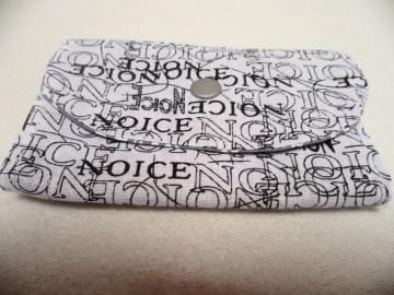 Geldbörse Midi  mit größerem Reißverschluss Fach, Notfalltäschchen, Schmucktasche und vieles mehr. Die Farben sind weiß schwarz grau. Unikat