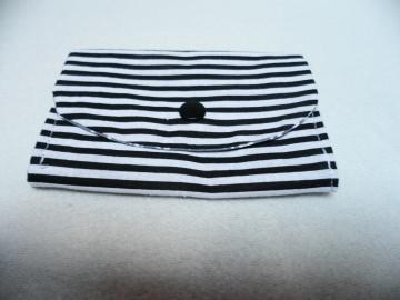 Midi Geldbörse, Notfalltäschchen, Schmucktasche und vieles mehr. Die Farben sind weiß schwarz grau. Unikat