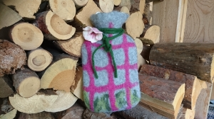 Nassgefilzter Wärmflaschenbezug grau mit rosa Karos und Blume. Wärmflasche inclusive.
