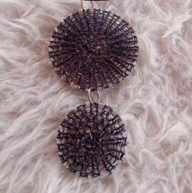 2 Wendescheiben Kettenanhänger in dunkelblau und silber gestricktem Kupferlackdraht