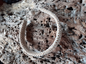 Wunderschönes Korkarmband umhüllt mit silbernen anlaufgeschütztem Kupferlackdraht was liebevoll gestrickt wurde