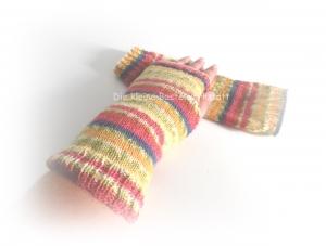 bunte gestrickte Armstulpen mit Daumenloch, Stulpen mit Farbverlauf - Handarbeit kaufen