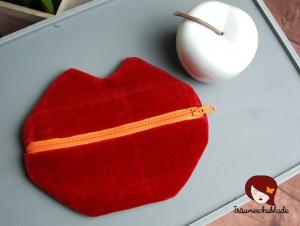 Kleine süße Schminktasche Kosmetiktasche Schlampermäppchen Kussmund Lippen für die Handtasche Samt rot bunt mit orangenem Reißverschluss - Handarbeit kaufen