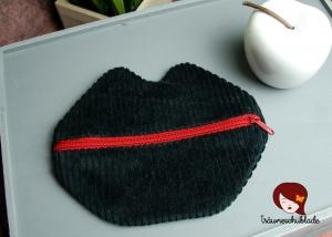 Kleine süße Schminktasche Kosmetiktasche Schlampermäppchen Kussmund Lippen für die Handtasche Breitcord schwarz, Baumwolle rot, mit rotem Reißverschluss - Handarbeit kaufen