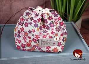 Kleiner Handarbeit Projekt Kosmetik Kleinkram Beutel Kulturbeutel Geschenk japanischer Beutel mit Kordelzug aus Baumwolle bunt creme, pink, lila, Blüten - Handarbeit kaufen