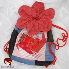 Upcycle großer robuster Turnbeutel, Rucksack Blütenform mit Kordelzug aus Patchwork Jeans, Cord, Hosenstoffstreifen, bunte Stoffreste, gefüttert, Blau, Rot, Rosa, bunt - Handarbeit kaufen