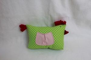 mit Liebe gefertigtes Stoffhuhn mit Tasche in grün- gepunktet