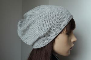 Aus reiner weicher Wolle gestrickte Mütze in hellgrau für Damen weiche Wollmütze handgestrickte Mütze uni schlicht von beiden Seiten tragbar von connikie.muetzen handmade - Handarbeit kaufen
