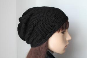 Schwarze, aus reiner Merinowolle von Hand gestrickte Damenmütze, schlicht uni Strickmütze weich  Mütze die von beiden Seiten tragbar ist Wollmütze  Damen, - Handarbeit kaufen