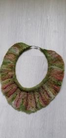 Gefilzte Halskette,Halsband für Damen . Grün-rot Schmuckstück aus Wolle handgefertigt.Perfekte Geschenk für einen besonderen Menschen.