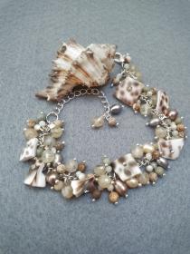 Armband mit Muschelperlen,Süßwasserperlen,Glasperlen.Scmuckdesign.Perfekte Geschenk für einen besonderen Menschen!