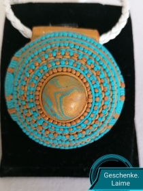 Handgemachte Schmuckstück aus Polymer-Ton mit weiße Riemen aus echte Leder.Türkis-gold.Perfekte Geschenk für einen besonderen Menschen!