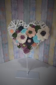 Stehender weißer Deko Herz aus Natur Material und Metall mit Filzblumen.Perfekte Geschenk für einen besonderen Menschen!