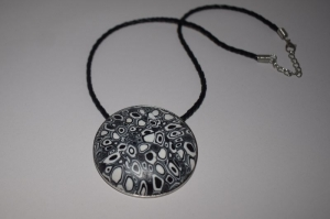 Halskette in schwarz weiß Farben,handgefertigt aus Polymer Clay.Anhänger mit geometrische Muster.Anhänger mit Lederkette.Perfekte Geschenk für einen besonderen Menschen!