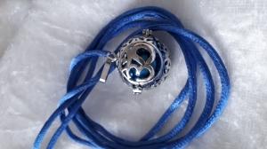 Engelsflüsterer OM Anhänger mit blauer Klangkugel an Satinband Farbbedeutung - Handarbeit kaufen