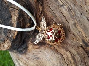 Engelsflüsterer Flügel gold mit roter Strassklangkugel an einem Satinband - Handarbeit kaufen