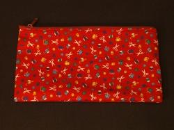 Schöne einfache Stiftetasche Stoff ist rot mit Nähutensilien aufgedruckt - Handarbeit kaufen