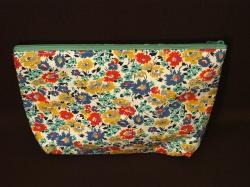 Kulturtasche aus Baumwollstoff mit Blumenmuster und Kunstleder