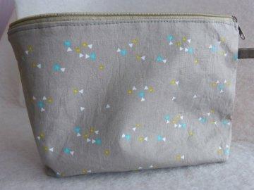 Kulturtasche aus Baumwollstoff  hellgrau mit kleinen Dreiecken - Handarbeit kaufen