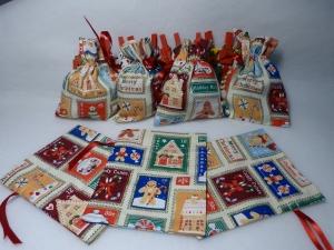 Adventskalender aus 24 Baumwollsäckchen mit weihnachtlichen Briefmarkenmotiven 11,5 x14 cm - Handarbeit kaufen