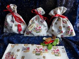 Adventskalender aus 24 Baumwollsäckchen mit Weihnachts-Bärchen  - Handarbeit kaufen