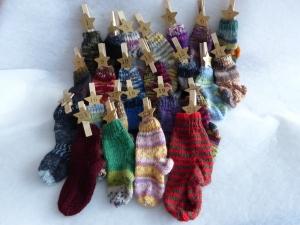Adventskalender aus 24 kleinen handgestrickten Strümpfen - Handarbeit kaufen